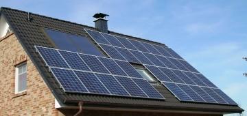 Hausdach mit Solarplatten