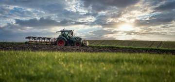 Traktor pflügt das Feld
