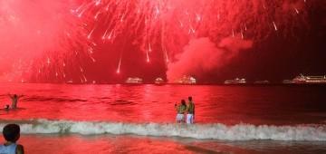 Silvesterfeuerwerk über dem Meer