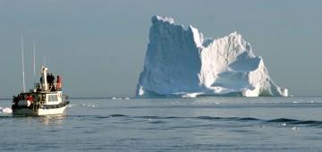 Eisberg und Schiff im Ozean