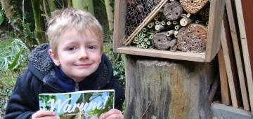 Warum!-Leser Gerrit mit seinem Insektenhotel
