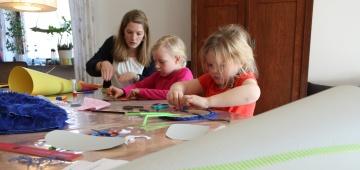 Kinder beim Schultütenbasteln mit der Warum!-Redaktion