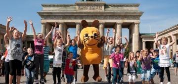 Die Maus und Kinder vor dem Brandenburger Tor