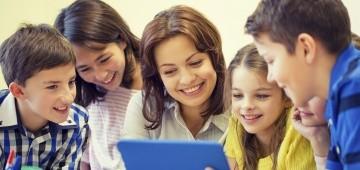 Frau und fünf Kinder lesen auf Tablet