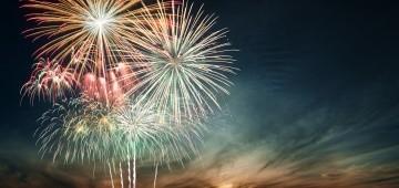 Buntes Feuerwerk am dunklen Nachthimmel