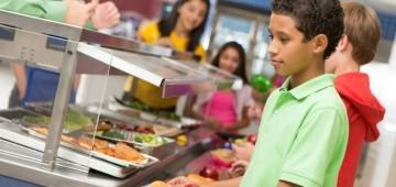 Kinder in der Schulmensa bei der Essensausgabe