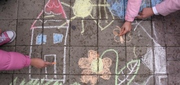 Bunte Kinderzeichnung mit Kreide auf der Straße