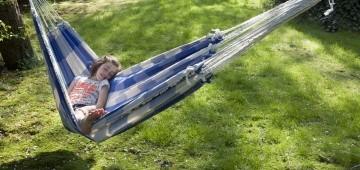 Mädchen entspannt in Hängematte