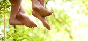 Zwei Kinder lassen die Beine baumeln