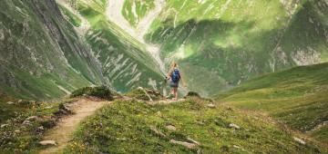 Mädchen wandert in den Bergen